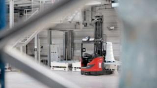 Les nouveaux chariots à mât rétractable automatisés R-MATIC de Fenwick en mouvement dans un entrepôt