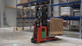 Le gerbeur automatisé L-MATICHD Fenwick en action dans un entrepôt
