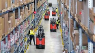 Employés travaillant dans un entrepôt avec les préparateurs de commandes de la nouvelle série N20