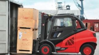 Chariot élévateur Fenwick adapté aux applications dans des conteneurs