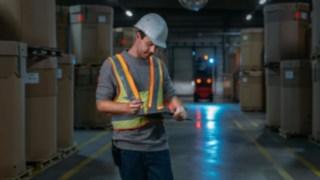 La veste de sécurité interactive Fenwick renforce la sécurité en entrepôt.