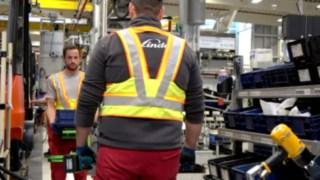 Deux personnes en usine avec la veste de distanciation