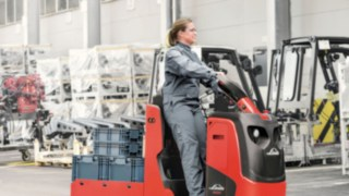 Collaboratrice Linde avec tracteur sur le site de l'usine