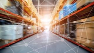 Un entrepôt mis en réseau grâce à des logiciels d'intralogistique et d'automatisation