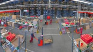 Flux de marchandises dans un entrepôt avec des équipements Fenwick-Linde
