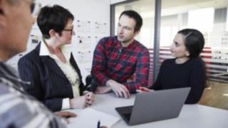 Réunion dans un bureau entre collaborateurs de Linde Material Handling