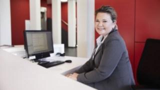 Collaboratrice Linde à la réception, devant son ordinateur