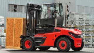 Les chariots charges lourdes avec cabine rotative facilitent la marche arrière avec des charges volumineuses et augmentent donc la productivité.