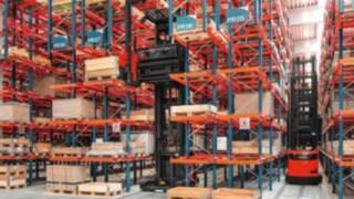 Chariots pour allées étroites (VNA) dans les entrepôts avec stockage grande hauteur