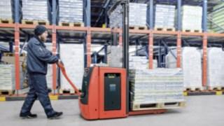 Gerbeur avec batteries Li-ION Fenwick en utilisation dans un entrepôt