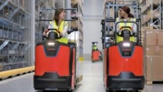 Deux collaboratrices circulent dans un entrepôt avec des préparateurs de commandes de la série N20de Fenwick-Linde.