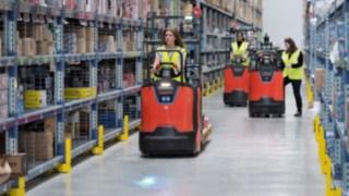 Des préparateurs de commandes de la série N20de Fenwick-Linde en action dans un entrepôt