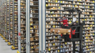 Le V-Modular Fenwick, un préparateur de commandes ergonomique dans un entrepôt avec stockage grande hauteur