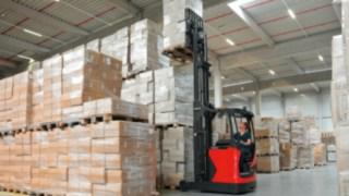 Un chariot à mât retractable dans un entrepôt logistique