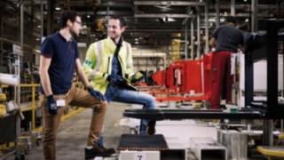 Deux collaborateurs Fenwick dans l'usine française