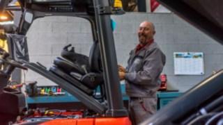Un technicien de maintenance Fenwick travaillant sur un chariot